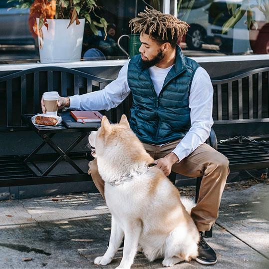 Hombre desayuno perro